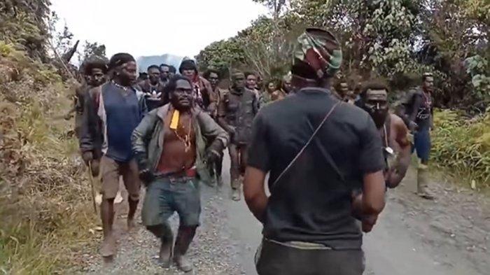Dua Temannya Tewas Di Tempat,  Anggota Teroris KKB Papua Ini Malah Kabur Dengan Membawa AK-47