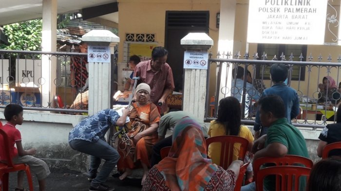 Susah Payah Jalan Karena Stroke, Nenek Nur Laini Tetap Memaksakan Ikut 'Nyoblos'