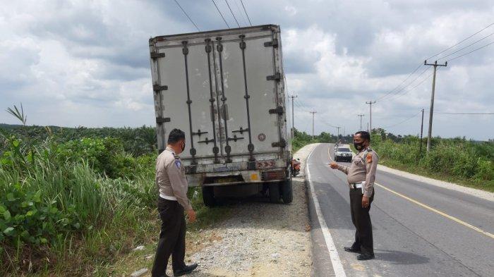 Polisi melakukan olah TKP di lokasi kecelakaan tunggal truk box yang menewaskan sopir di Jalan Lintas Buatan Kilometer 1 Desa Mekar Jaya Kecamatan Pangkalan Kerinci, Kabupaten Pelalawan, Riau.