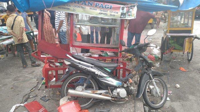 Foto:Tukang Sate Terjepit,Pemilik Gerobak Kopi Sakit Pinggang,Kaki Mulyadi Luka,Tabrakan Depan RSUD - lakalantas-depan-rsud-aa.jpg