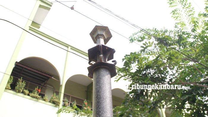 Sejumlah lampu taman yang berada di trotoar Jalan A Yani Pekanbaru banyak yang rusak dan hilang.