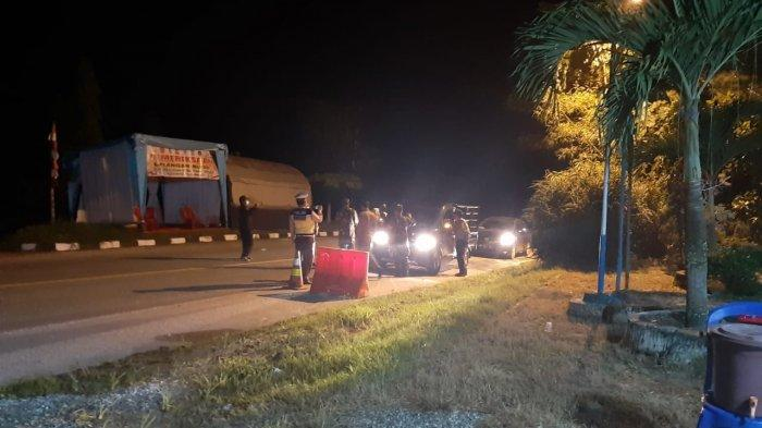 Petugas di Posko Larangan Mudik di Simpang Perak Pangkalan Kerinci memeriksa kendaraan yang melintas, Sabtu (08/05/2021).