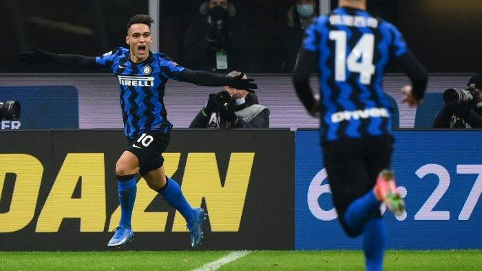 Lautaro Martinez (kiri) merayakan kemenangan setelah mencetak gol dalam pertandingan sepak bola Serie A Italia Inter Milan vs Lazio Roma pada 14 Februari 2021 di stadion San Siro di Milan.