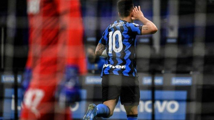 Penyerang Inter Milan asal Argentina Lautaro Martinez melakukan selebrasi setelah mencetak gol kedua pada pertandingan sepak bola Serie A Italia Inter Milan vs Sassuolo pada 7 April 2021 di stadion San Siro di Milan.