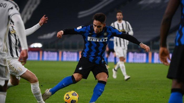 Penyerang Inter Milan Lautaro Martinez (tengah) menginjak kaki penyerang Juventus Federico Bernardeschi (Belakang L) ketika mencoba untuk menembak ke gawang selama pertandingan sepak bola leg kedua semifinal Piala Italia antara Juventus Turin dan Inter Milan pada 9 Februari 2021 di stadion Juventus di Turin.