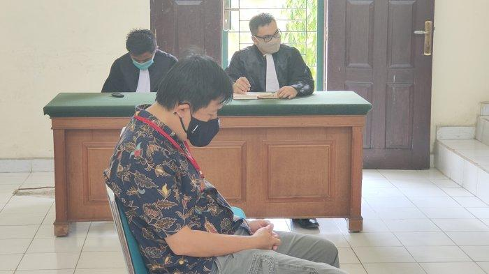 Direktur PT Adei Plantation and Industry Goh Keng EE mewakili perusahaan sebagai terdakwa dalam perkara Kebakaran Hutan dan Lahan (Karhutla) saat mengikuti sidang putusan di Pengadilan Negeri (PN) Pelalawan, Kamis (12/11/2020).