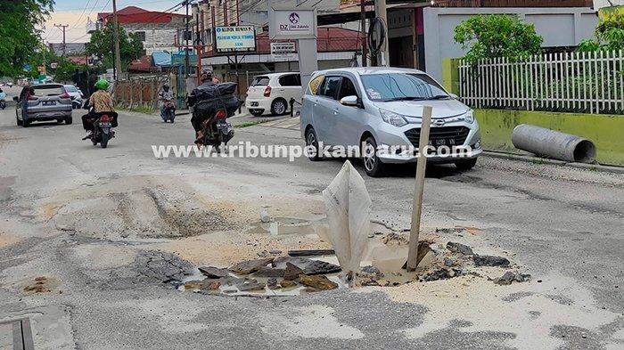 Foto :  Jalan Melur Pekanbaru Rusak Belum Juga Dibenahi - lewat-jalan-rusak-melur.jpg