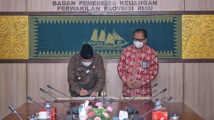 BPK RI Perwakilan Riau Serahkan LHP Penanganan Covid-19 ke Pemkab Siak,Diterima Bupati Alfedri