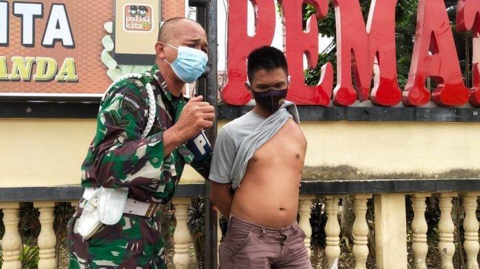 Tangisan Anggota TNI di Depan Polres Siantar, 'Tolong Saya Pak, Tangan Anak Saya Putus'