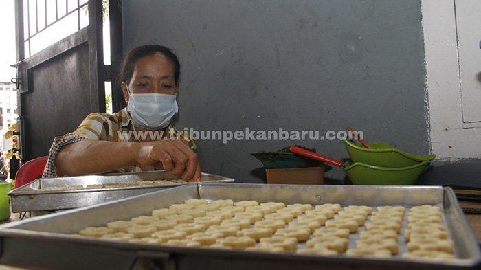 Seorang pekerja Linda Catering and Cookies membuat kue untuk perayaan Idul Fitri 1442 H di Kota Pekanbaru, Sabtu (1/5/2021).