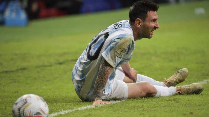 Lionel Messi kesakitan selama pertandingan fase grup turnamen sepak bola Conmebol Copa America 2021 melawan Uruguay di Stadion Mane Garrincha di Brasilia, pada 18 Juni 2021.