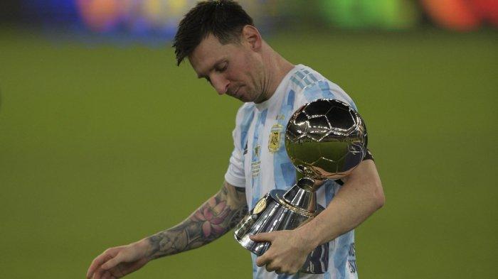 Lionel Messi memegang trofi untuk Top Scorer kejuaraan setelah memenangkan pertandingan final turnamen sepak bola Copa America Conmebol 2021 melawan Brasil di Stadion Maracana di Rio de Janeiro, Brasil, pada 10 Juli 2021. Argentina menang 1-0.