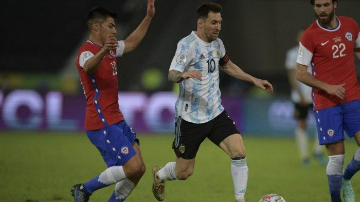 Pemain Argentina Lionel Messi (tengah) ditandai oleh pemain Chili Tomas Alarcon (kiri) dan Ben Brereton selama pertandingan fase grup turnamen sepak bola Conmebol Copa America 2021 melawan Chili di Stadion Nilton Santos di Rio de Janeiro, Brasil, pada 14 Juni 2021.