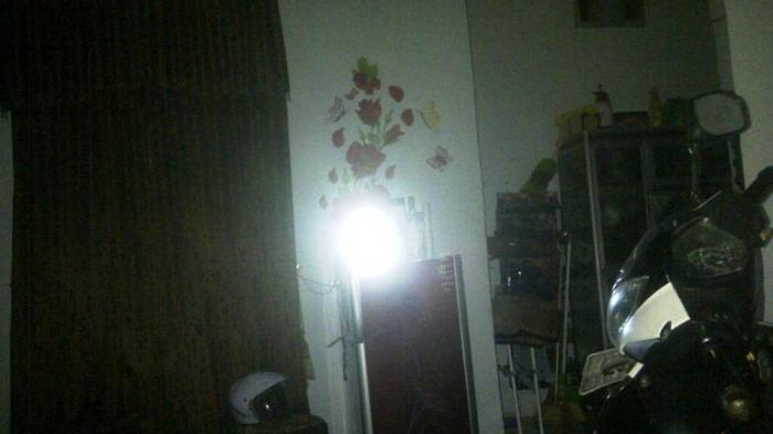 Rumah warga yang tampak gelak tanpa arus listrik dan hanya menggunakan lampu emergency di pangkalan kerinci.