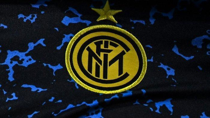 Logo Inter Milan digambarkan pada jersey pemain