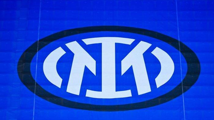 Logo resmi baru Inter Milan di tribun selama pertandingan sepak bola Serie A Italia Inter Milan vs Cagliari pada 11 April 2021 di stadion San Siro di Milan.
