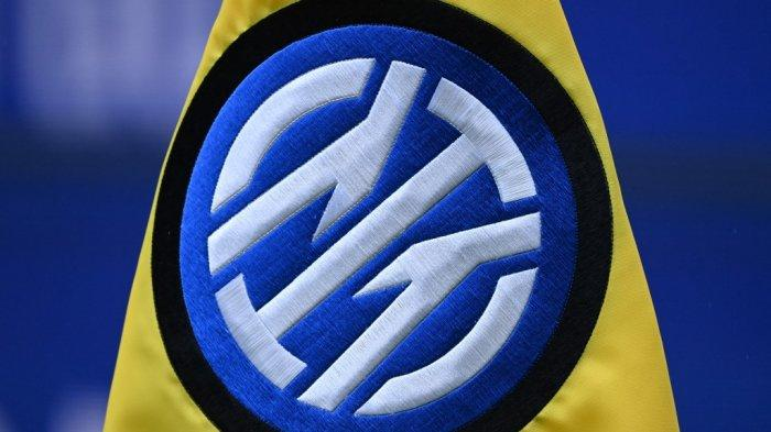 Logo resmi baru Inter Milan digambarkan pada bendera sudut selama pertandingan sepak bola Serie A Italia Inter Milan vs Cagliari pada 11 April 2021 di stadion San Siro di Milan.