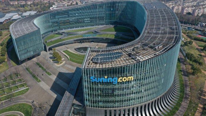 Tampilan udara menunjukkan logo Suning.com di kantor pusatnya di Nanjing, di provinsi Jiangsu China timur pada 2 Maret 2021. Suning merupakan pemilik Inter Milan saat Ini.