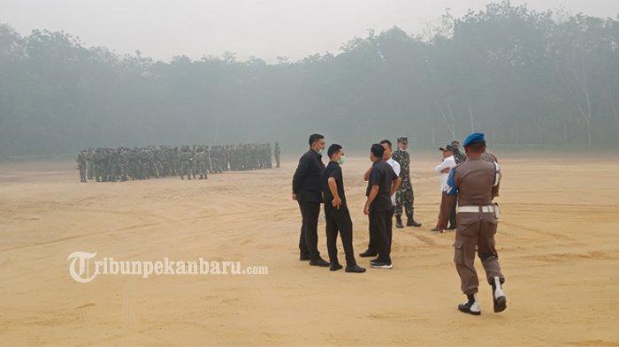 Kabut Asap Tebal Selimuti Lokasi Helipad Pendaratan Presiden Jokowi di Desa Merbau Pelalawan Riau