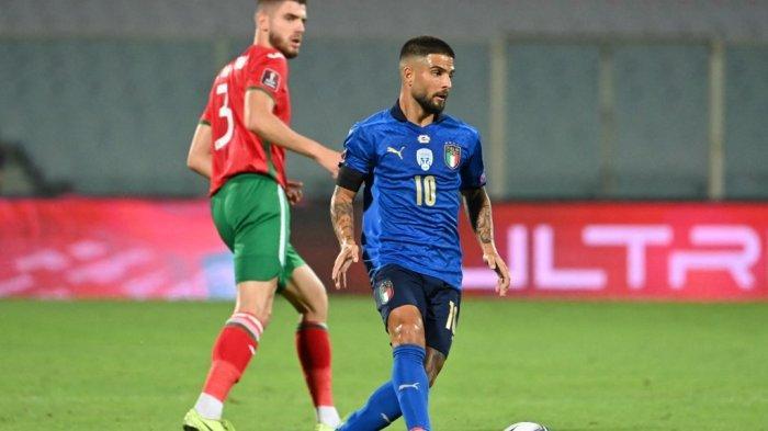 Pemain depan Italia Lorenzo Insigne (tengah) berlari dengan bola selama pertandingan sepak bola Grup C putaran kualifikasi Piala Dunia Qatar 2022 antara Italia dan Bulgaria di stadion Artemio-Franchi di Florence, pada 2 September 2021.