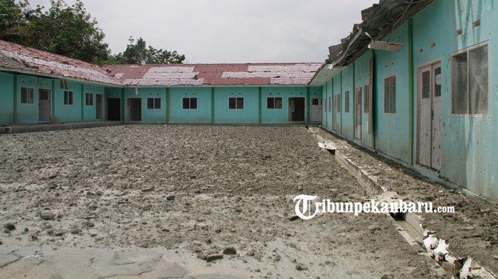 Pondok Pesantren Al-Ihsan, Kecamatan Tenayan Raya, Pekanbaru, lokasi semburan gas bercampur lumpur. Gas masih menyembur dari lubang, Selasa (9/2/2021).
