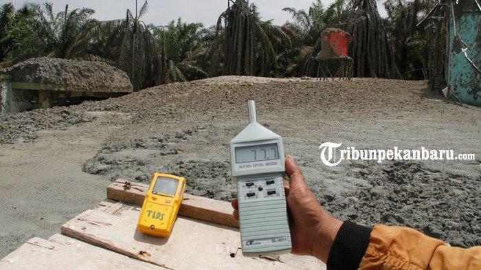 Gas bercampur lumpur masih menyembur dari lubang di Pondok Pesantren Al-Ihsan, Kecamatan Tenayan Raya, Pekanbaru, Selasa (9/2/2021).