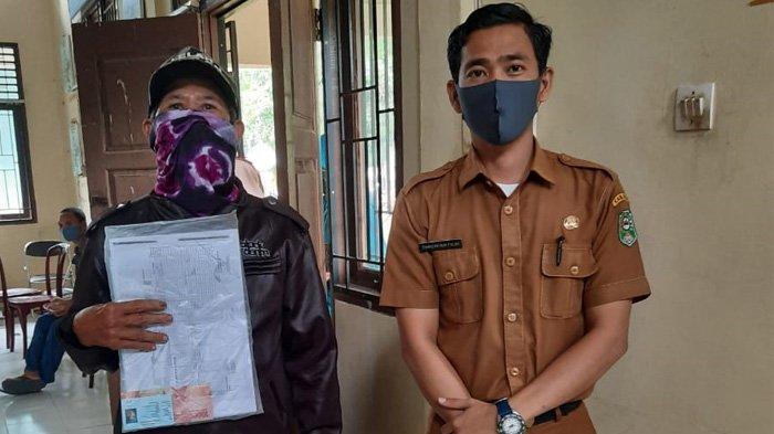 Sarmiati Senang Terima Dana BLT Covid-19 Tahap III, Warga Padati Kantor Lurah Kampung Rempak Siak
