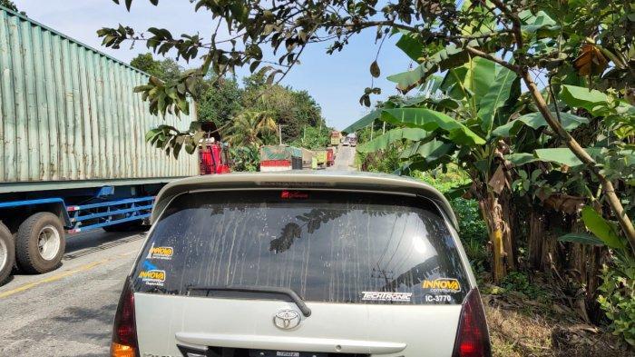 Macet Panjang di Jalintim Desa Palas Pelalawan, Gara-gara Truk Pengangkut Limbah Tak Kuat Nanjak