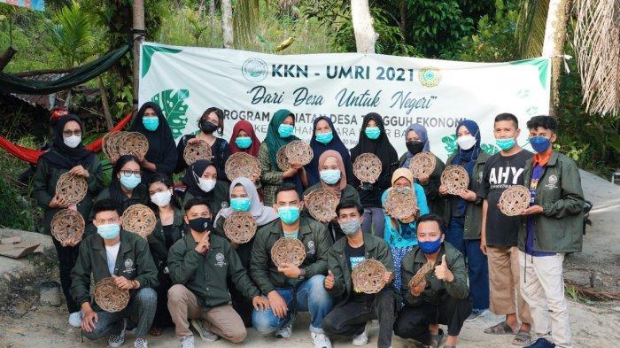 Mahasiswa KKN UMRI Manfaatkan Limbah Daun sawit UntukUMKM di Kelurahan Muara Fajar Barat