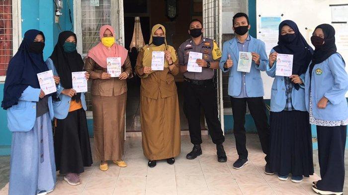 Mahasiswa Kukerta Relawan Covid-19 UNRI Bagikan Hand Sanitizer dan Poster New Normal