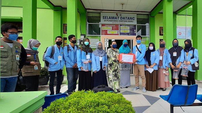 Mahasiswa Kukerta Relawan Covid-19 UNRI Bagikan Hazmat kepada Tenaga Medis Instansi Kesehatan