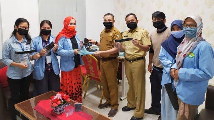 Mahasiswa Kukerta Relawan Covid-19 UNRI Bagikan Masker dan Face Shield kepada Staff Kecamatan
