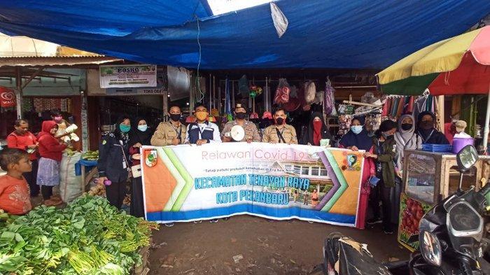 Mahasiswa Kukerta Relawan Covid-19 UNRI Bagikan Masker di Pasar