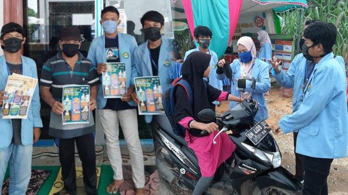 Mahasiswa Kukerta Relawan Covid-19 UNRI Bagikan Masker, Hand Sanitizer dan Brosur Protokol Kesehatan
