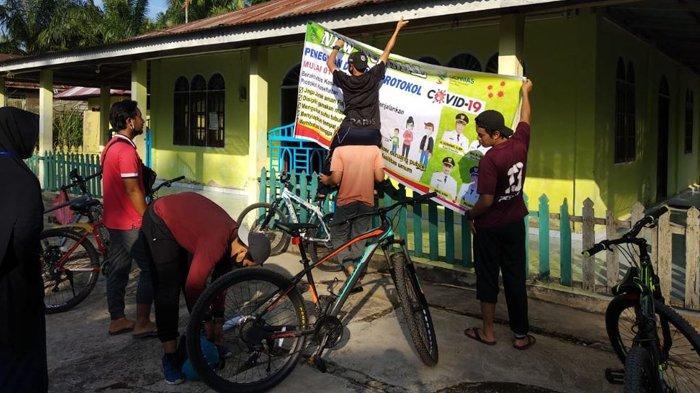 Mahasiswa Kukerta Relawan Covid-19 UNRI Bersepeda Keliling Desa Sosialisasikan New Normal
