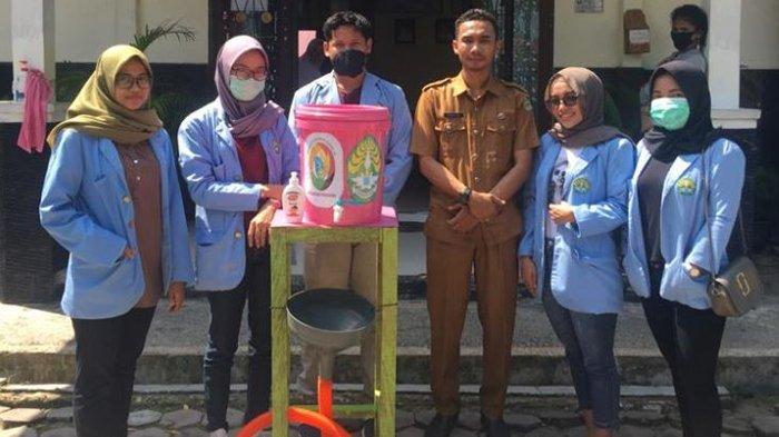 Mahasiswa Kukerta Relawan Covid-19 UNRI Buat & Bagikan Tempat Cuci Tangan kepada Kelurahan Perawang