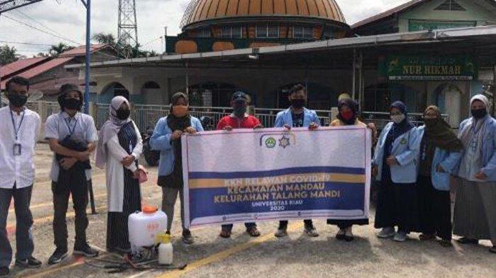Mahasiswa Kukerta Relawan Covid-19 UNRI Buat Disinfektan dan Penyemprotan ke Sekolah dan Masjid