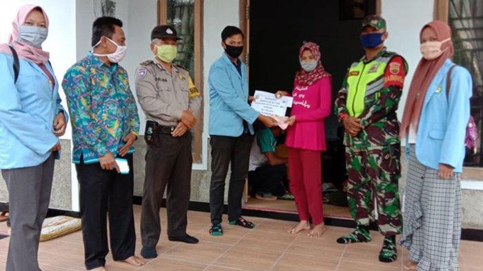 Mahasiswa Kukerta Relawan UNRI Bantu Pemerintah Desa Saluran BLT Dana Desa Tahap II