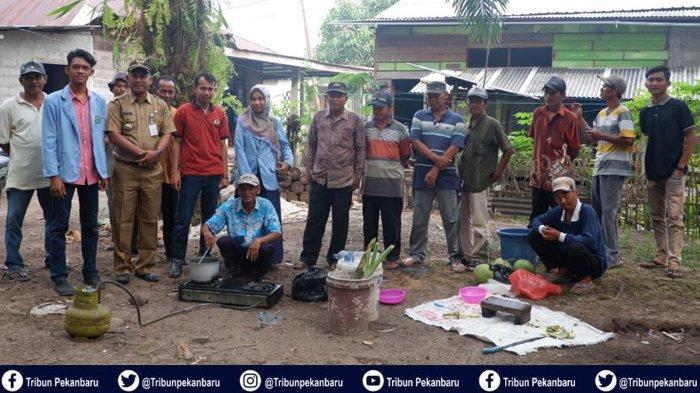 Mahasiswa Kukerta Universitas Riau Ajarkan Warga Membuat Bakteri Pengurai Gambut Bersama BRG