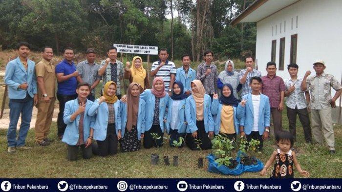 Mahasiswa Kukerta Universitas Riau Gelar Penanaman 1000 Bibit Tanaman Buah di Desa Logas Kuansing