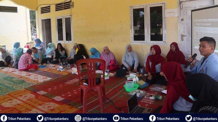 Mahasiswa Kukerta Universitas Riau Kenalkan Hidroponik dan Virgin Coconut Oil kepada Warga Desa