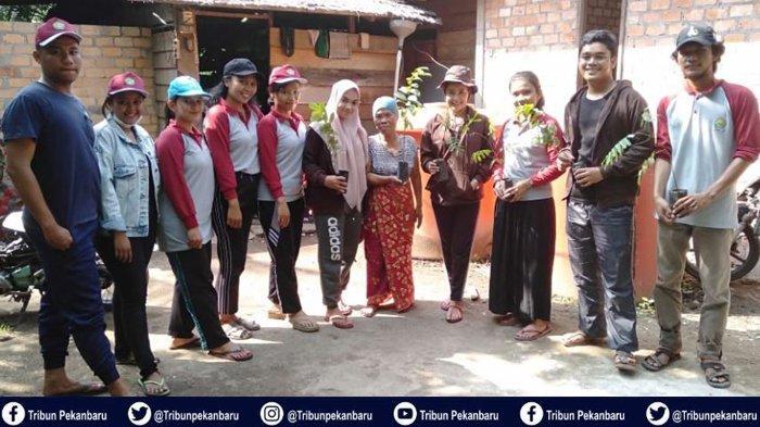 Mahasiswa Kukerta Universitas Riau Lakukan Penghijauan di Sekitar Kampung Tanjung Kuras