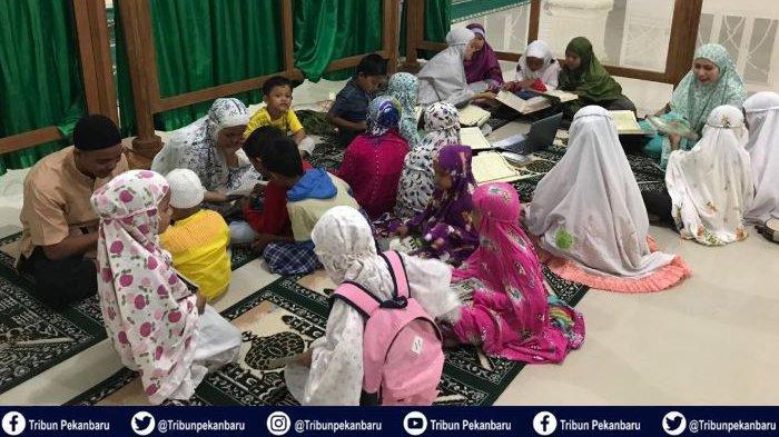 Mahasiswa Kukerta UNRI Semarakkan Maghrib Mengaji di Desa Suak Lanjut