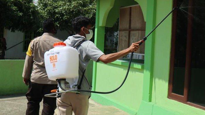 Mahasiswa Kukerta UNRI Semprotkan Disinfektan di Tempat Keramaian Antisipasi Penyebaran Covid-19