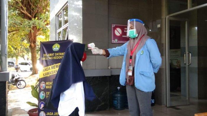 Relawan Covid-19 UNRI Cek Suhu Tubuh Peserta UTBK SBMPTN