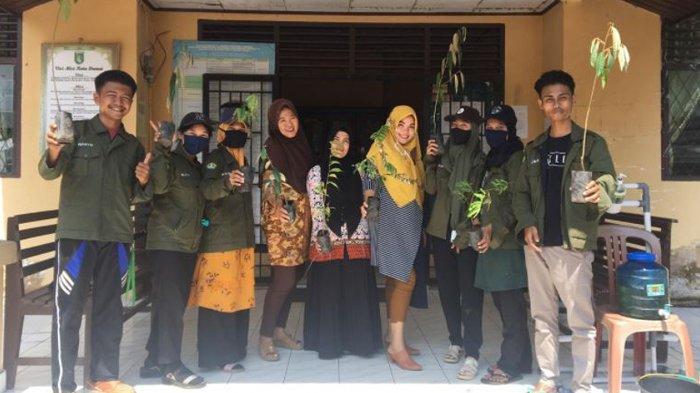 Mahasiswa Universitas Riau Bagikan 1000 Bibit Pohon kepada Warga Mundam Dumai