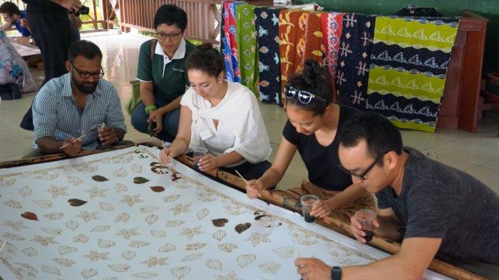 Mahasiswa Wharton School dan SMU Belajar Membatik di Rumah Batik Andalan