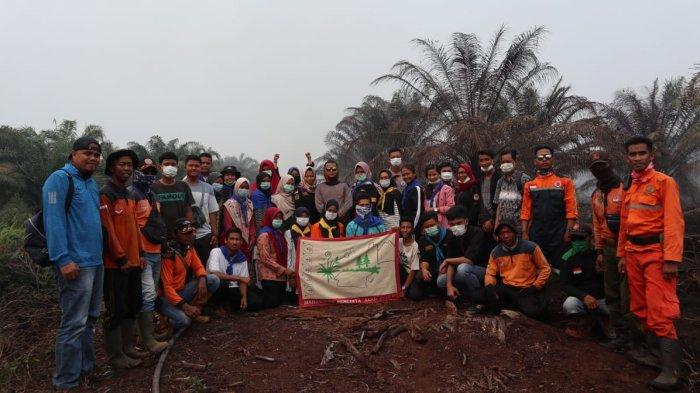 Mahasiswa dan Pelajar Bantu Petugas di Inhu Melakukan Pemadaman Kebakaran Hutan dan Lahan