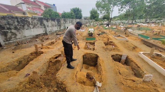 Puluhan makam yang berada di areal Tempat Pemakaman Umum (TPU) Jalan Beringin, Kota Pekanbaru, ambles, Sabtu (17/4/2021).