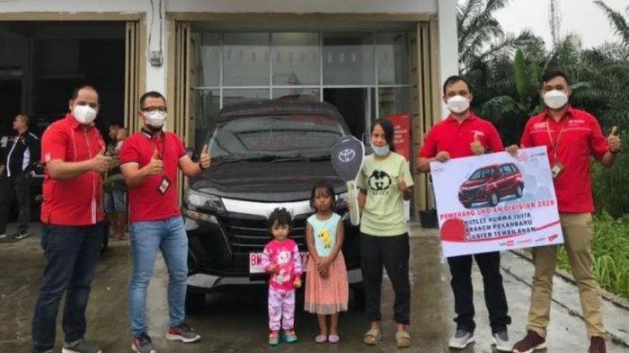 Apresiasi Mitra Outlet Telkomsel Serahkan Hadiah Mobil Untuk Pemenang Program DigiSTAR GasPol